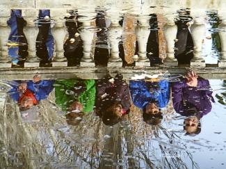 """Esta mañana en el circuito """"Virgen de las Viñas"""" de Aranda de Duero, se ha celebrado un año más, el Cross de la Constitución. Esta prueba esta incluida dentro del calendario nacional de la Real Federación española de Atletismo y es valedera para la fase local de los Juegos Escolares. Hemos disfrutado de lo lindo de una bonita jornada de Atletismo y como prueba estos álbumes de fotos: Categorías: Cadete femenino, Junior femenino, Juvenil femenino y Veteranas, Cadete masculino, Infantil femenino, Infantil masculino, Alevín femenino, Alevín masculino y Benjamín femenino en álbum 1 Categorías: Benjamín masculino, Juvenil masculino, Junior masculino y Veteranos, Promesas femenino y Senior femenino, Promesas masculino y Senior masculino en álbum 2"""